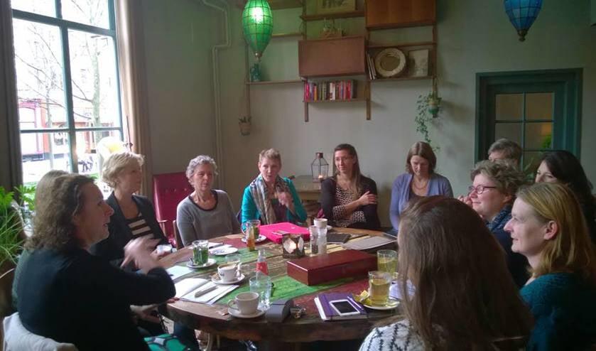 De vrouwen naar het idee van de Ridders van de Ronde Tafel bij elkaar.
