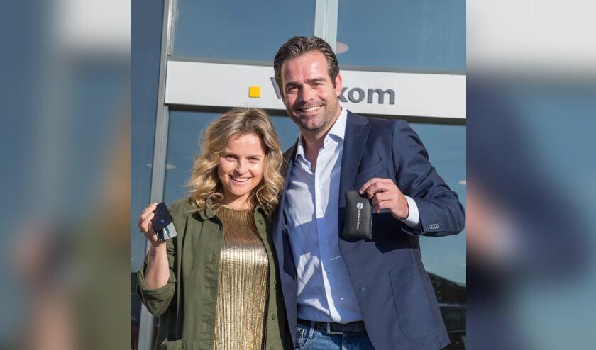 De samenwerking bekrachtigd: Fatima Moreira de Melo en Raemon Sluiter bij Autohaag Zeeuw.