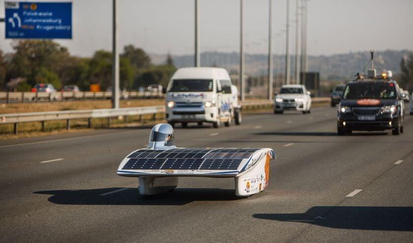 Het Nuon Solar Team moet met hun zonnewagen gewoon tussen het reguliere verkeer rijden, met alle gevolgen van dien...