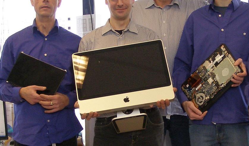 Roel Bothof (tweede van rechts) en een aantal medewerkers van RoBoWeb.