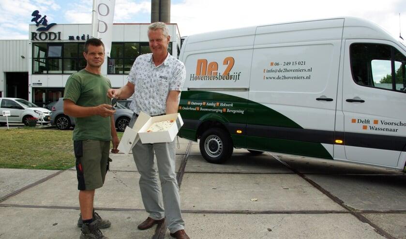 André van der Lelij (rechts) van Kleyweg Bedrijfsauto's heeft een taart meegenomen om Lieuwe Lieuwes van De2 Hoveniers met de nieuwe aanwinst te feliciteren.