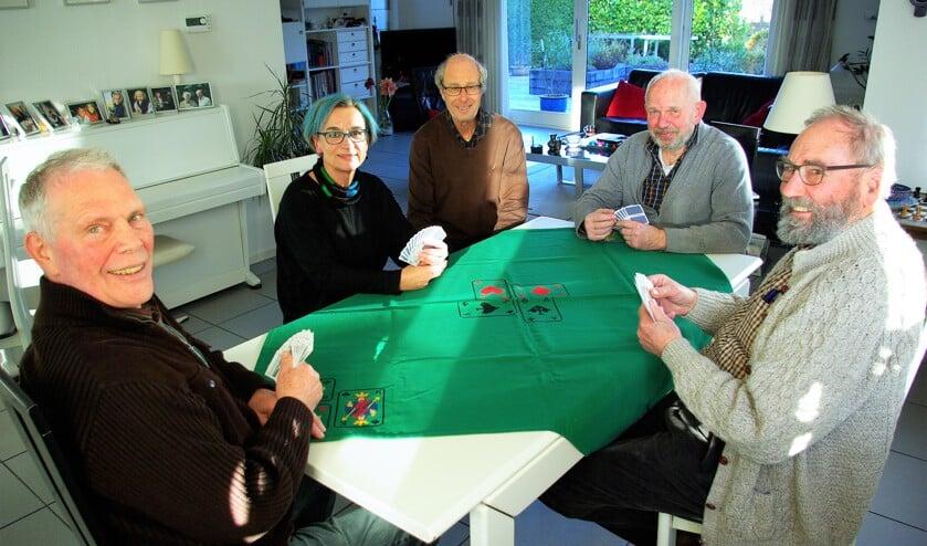 Kees van 't Hul, Jenny Omvlee, Fred Platzek, Ton van Blijswijk en Willem van Gorkum (v.l.n.r.) laten zien hoe het moet. (foto: Jesper Neeleman)