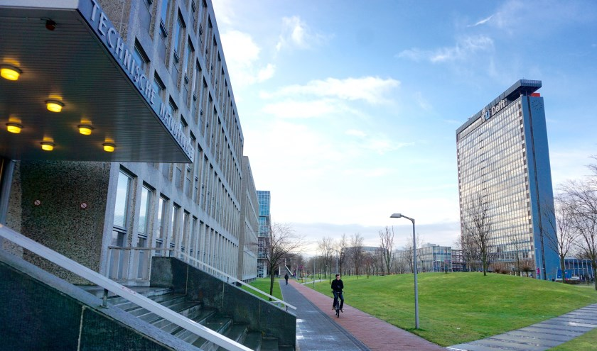 De Mekelweg, met links het gebouw van Technische Natuurkunde en rechts het op de Nieuwe Kerk na hoogste gebouw van Delft, de Elektrotechniek-flat. Beide panden gaan tegen de vlakte. (foto: Henk de Kat)