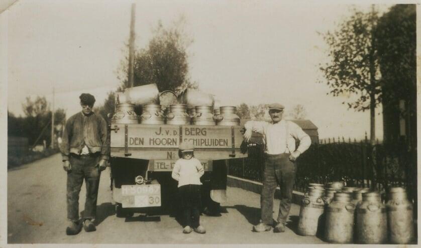 Melktransport tijdens de oorlog, rechts op de foto staat Johan van den Berg.