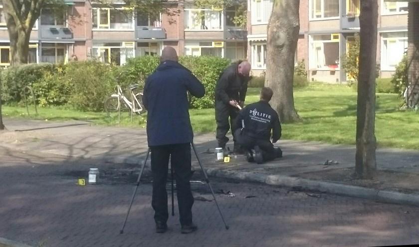 Specialisten van de politie op zoek naar sporen. (foto: Marco van der Roest)