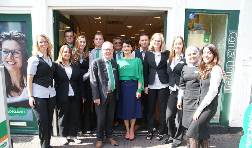 Het voltallige huidige team van Specsavers Delft, met centraal Henk van 't Hof. (Foto: Archief/ML)