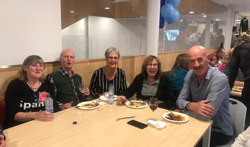 Vermaard speler en coach van DAS, Toon van Helfteren (r.) met enkele DASsers van het eerste uur