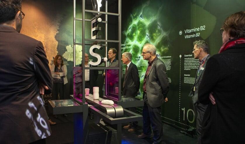 Hoogleraren van Legatus Delft waren onder de indruk van de expositie bij DSM (Foto: Esther de Cuijper)