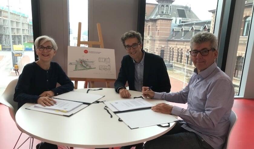 Eric Amory (m), René Schalk (r) en wethouder Karin Schrederhof ondertekenen de intentieovereenkomst voor Wooncoöperatie Leeuwenhoek i.o.