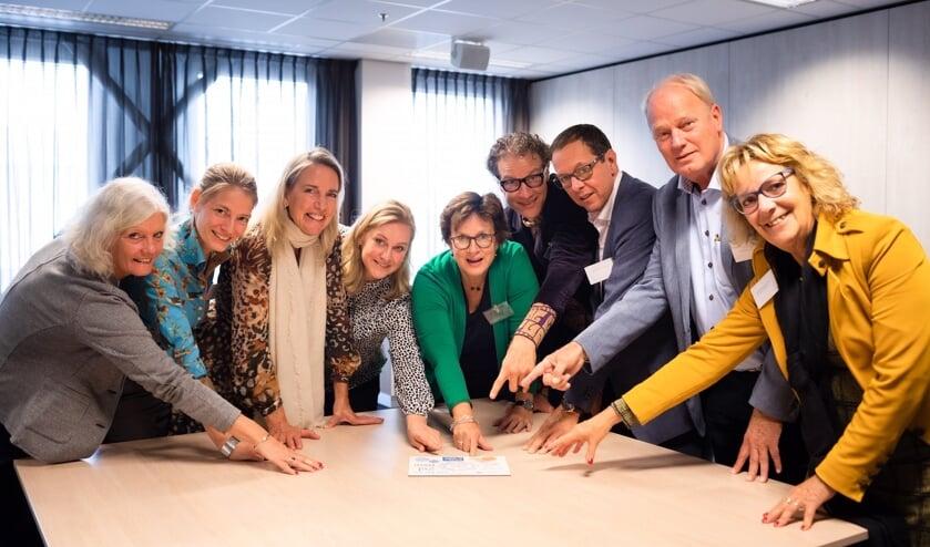 De coalitie Kansrijke Start v.l.n.r. Jeannette Smienk  (Humanitas), Marleen Sterker (GGD Haaglanden), Carina Hilders (Reinier de Graaf ziekenhuis), Hatte van der Woude (Wethouder jeugd, onderwijs, integratie en emancipatie), Edith van den Berg ( Delft Support), Sjaak van der Linden (Delft voor Elkaar), Ron Boumans (JGZ Zuid-Holland West), Dirk Pons (DSW zorgverzekeraar) en Marijke Helderman (VSV Reinier) Foto: Frank van der Burg