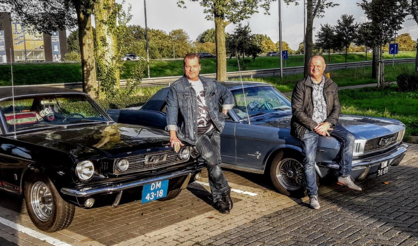 Michel en Peter met hun zeer gekoesterde Mustangs (Foto: Ron Kampers)