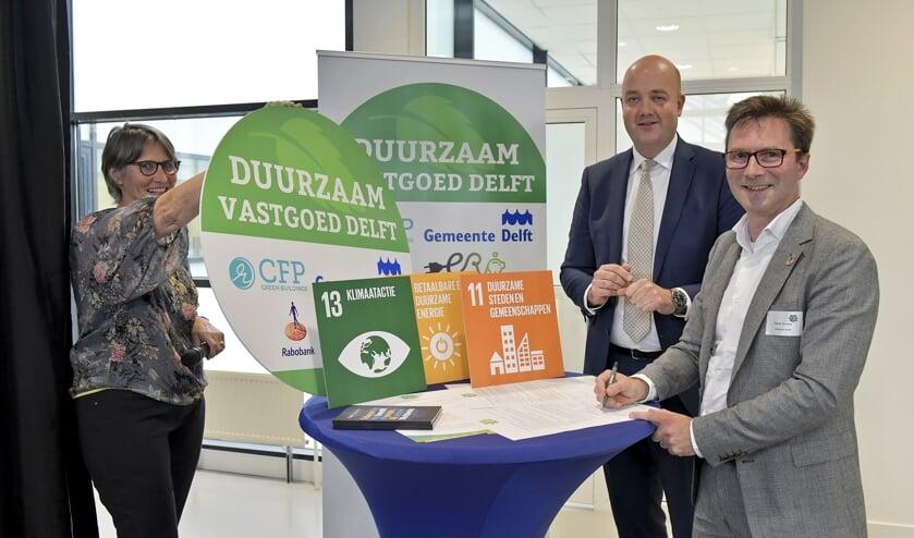 Wethouder Stephan Brandligt (r.) en Rabobank Zuid-Holland Midden directievoorzitter Tjerk-Martijn Mulder ondertekenen de E-deal