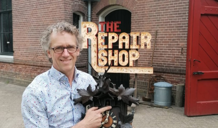 Horlogemaker Tjan van Loenen is maandag te zien bij 'The Repair Shop' op RTL4