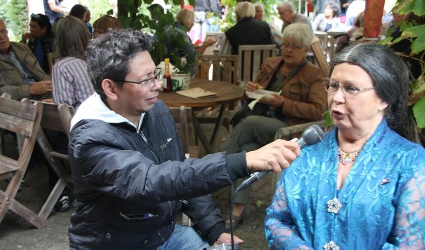 Charles van Harling in gesprek met een dame van Indonesische afkomst. Wie ook alweer?