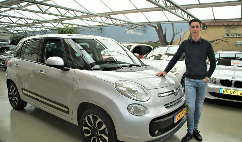 Verkoopadviseur Mike Mooren bij de compleet uitgeruste Fiat 500L.