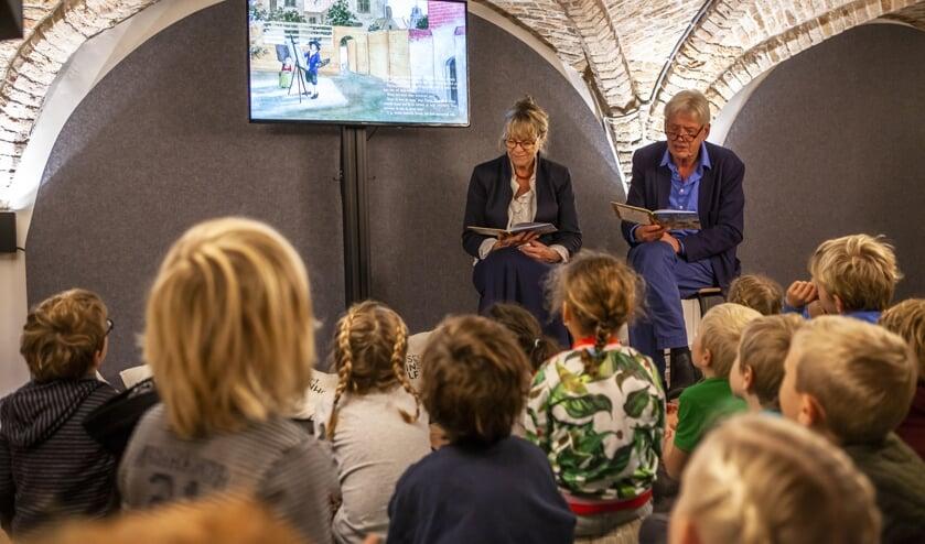 De kinderen luisteren aandachtig naar het schrijversduo Kuyper (Foto: Marco Zwinkels)