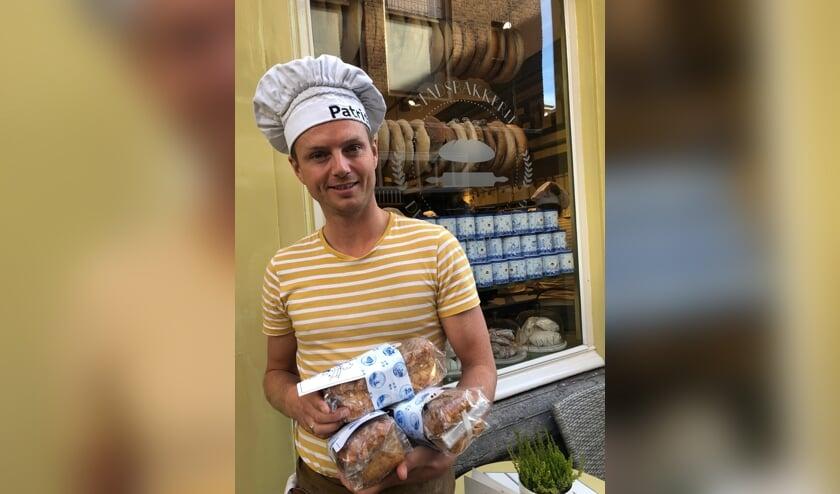 Bakker Patrick van Holsteijn verkoopt Delftse Bruggetjes om de Keramieken Kaart te helpen verwezenlijken
