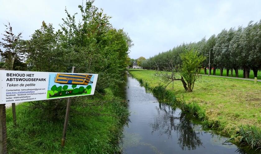 Stichting Behoud het Park 'adverteert' met een bord voor groenbehoud (Foto: Koos Bommelé)