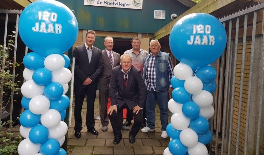 Het bestuur van PV De Snelvlieger: Marcel Mast, Arthur Jansen (voorzitter). Paul Staak, Peet Steijger en Dick Kooij (vooraan hurkend)