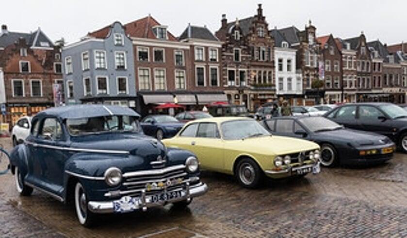 De aanblik van talloze oldtimers en klassiekers op de Markt in Delft, het eindpunt van de DelftsBlauwRit