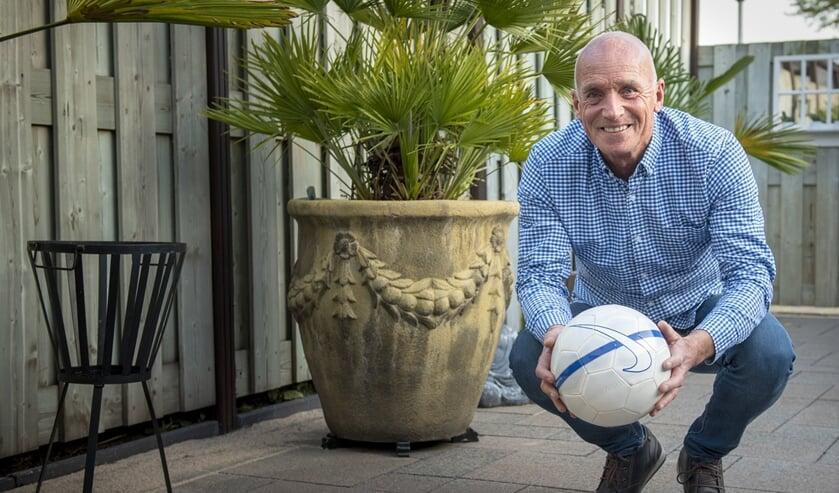 Chris Jansen kan niet zonder voetbal. Als speler beleefde hij gouden tijden en als trainer krijgt hij er nog steeds geen genoeg van. (foto: Roel van Dorsten)