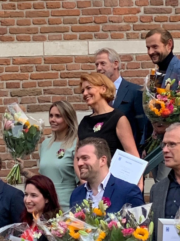 Jacqueline Papendrecht (centraal) tussen haar collega's die ook als makelaar-taxateur bog zijn beëdigd.