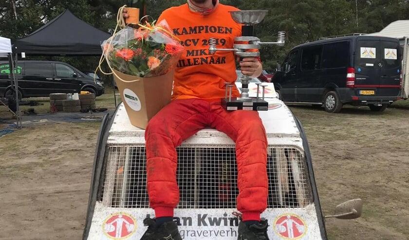 Mike Millenaar, Nederlands Kampioen 2CV-cross, met beker, champagne en bloemen