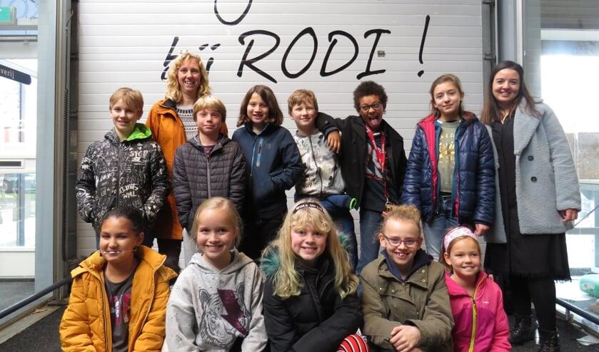 De Plusklas van de Delftse Daltonschool met juf Khadija (achterste rij rechts) en begeleidster/ouder Petra (oranje jas links achteraan)