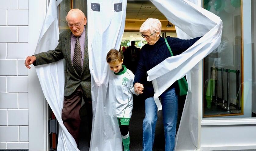 Jaap Holierhoek, Fin van Berkum en wethouder Karin Schrederhof zorgen voor de officiële opening van de gerenoveerde accommodatie van DHL en symboliseren de verbinding tussen 'oud' en 'nieuw'. (foto: Koos Bommelé)