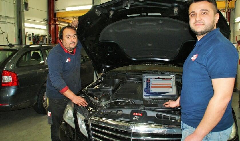 Akif (rechts) en Mustafa zoeken versterking in de werkplaats van Garage Randstad.