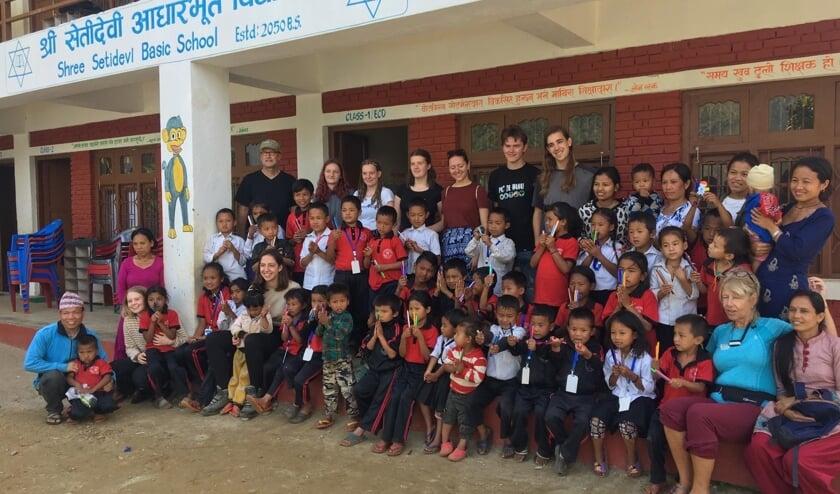 Leerlingen en docenten van het Grotius College poseren met Nepalese docenten en leerlingen