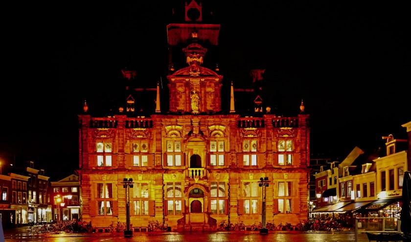 Het stadhuis van Delft, opvallend oranje verlicht voor een goed doel (Foto: Koos Bommelé)