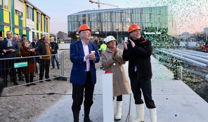 Initiatiefnemer Chris Oomen, burgemeester Marja van Bijsterveldt en TU Delft rector magnificus Tim van der Hagen zetten eendrachtig het project Huis van Delft in gang (Foto: Koos Bommelé)
