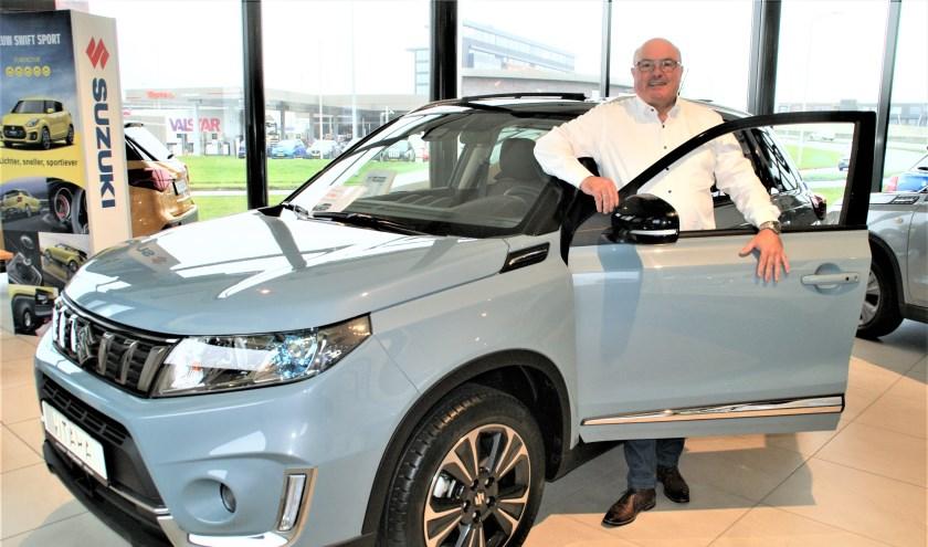 Verkoopadviseur Jos de Graaf van Suzuki Kees Balvert bij de nieuwe uitvoering van de Vitara.