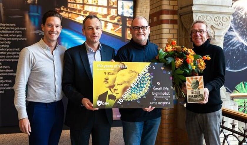 Overhandiging van de cadeaucheque aan de 10.000e bezoeker, met vlnr Jasper Buikx – Hoofd Micropia – Fedde Sonnema (Directeur Biotech Campus Delft), Rob de Kok (10.000e bezoeker) en Jan van der Mast