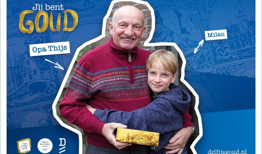 Esther eert haar vader en opa voor zoon Milan, Thijs, met een gouden tegel
