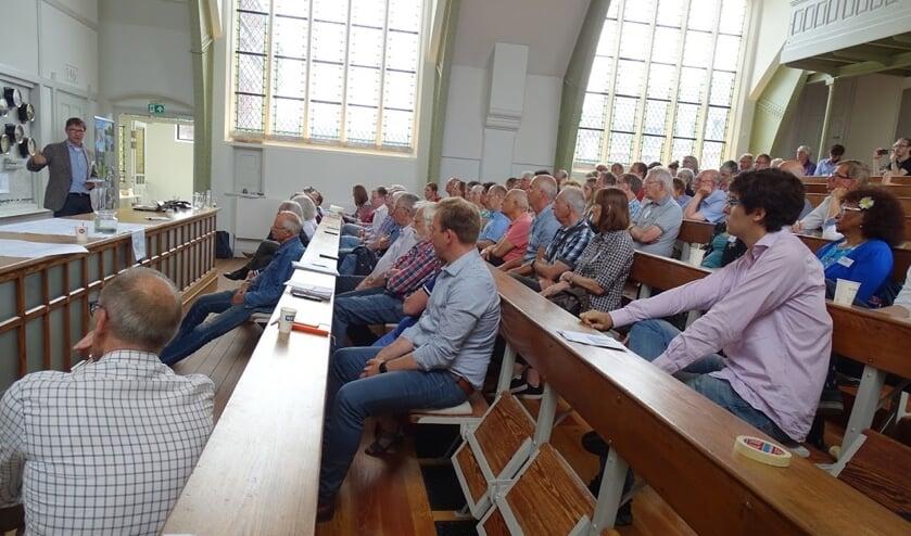 Geïnteresseerde bewoners luisteren naar wethouder Brandligt bij een eerdere bijeenkomst