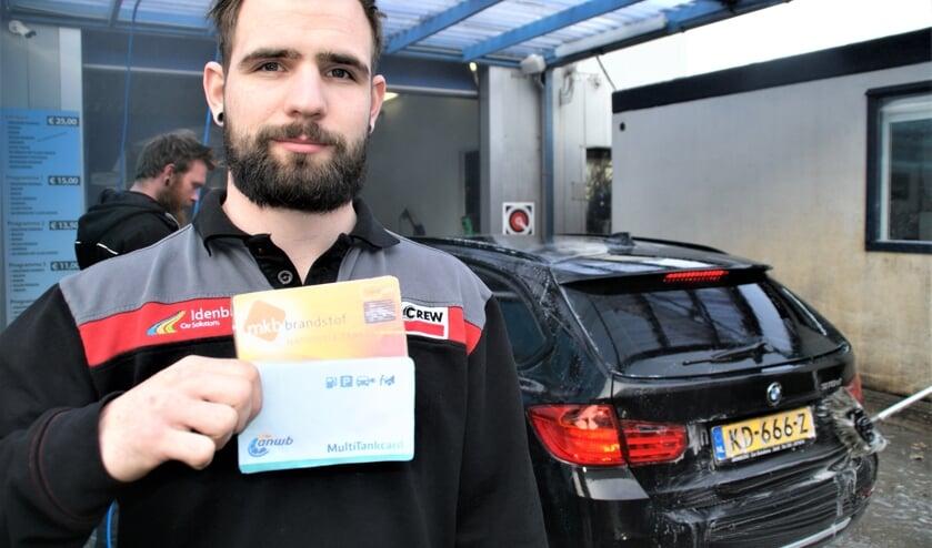Medewerker Colin bij de ingang van de Carwash, met de Multitank en de Travelcard.