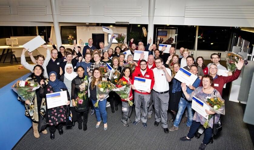 Alle aanwezigen en gelukkigen met de cheques, uitgereikt door de Rabobank