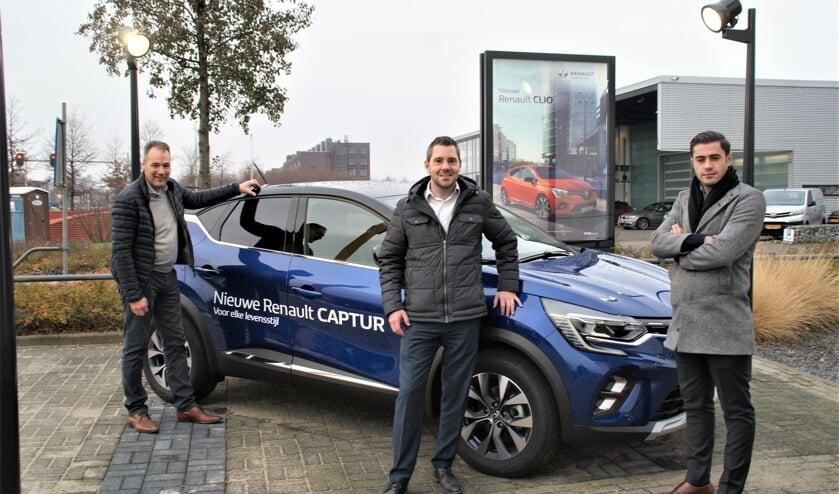 De verkopers Robert Schaap, Ferdi van der Gaag en Mesut Oztemiz bij de nieuwe Renault Captur op het buitenterrein van Zeeuw & Zeeuw in Delfgauw.