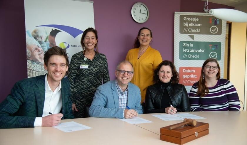 Corin Potters-Kemp, Pieter van Foreest en Andries van Eckeveld, Stichting Present Delft ondertekenen de overeenkomst (Foto: Gerard Vellekoop)