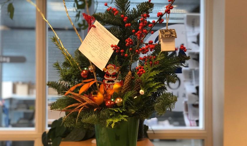 Het kerststukje schittert op de balie bij Delft op Zondag