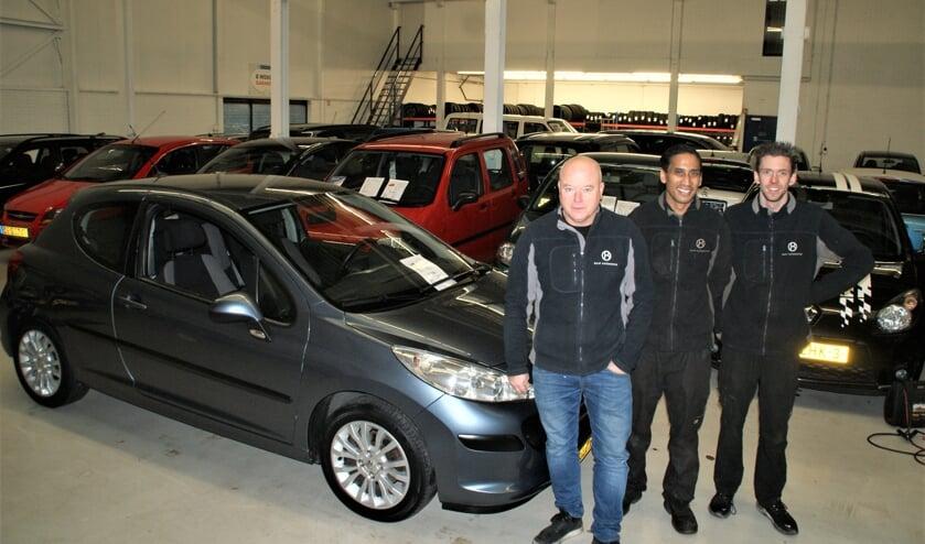 Manfred Bavelaar met twee van zijn medewerkers, Joey en Vinny bij de top occasion van deze maand.