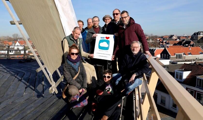 De Luchtwachters Delft verzameld bij het experimentele 'meetstation'  Molen de Roos (Koos Bommelé)