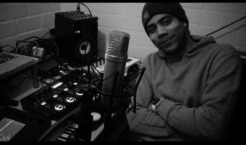 Rapper Okwaro, hier in zijn studio, verzorgt een workshop bij OPEN
