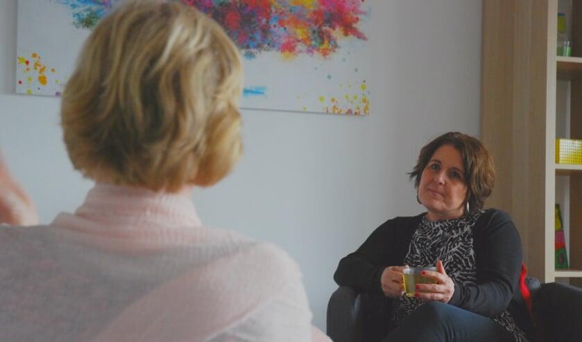 Sociaal werker Tanja Moerkerken (rechts) van Delft voor Elkaar gaat regelmatig op huisbezoek.