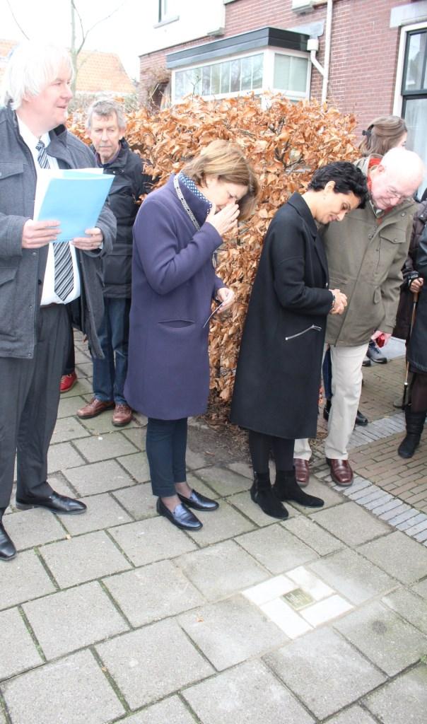 Burgemeester Van Bijsterveldt bekijkt de steen Foto:  © RODI Media-zh