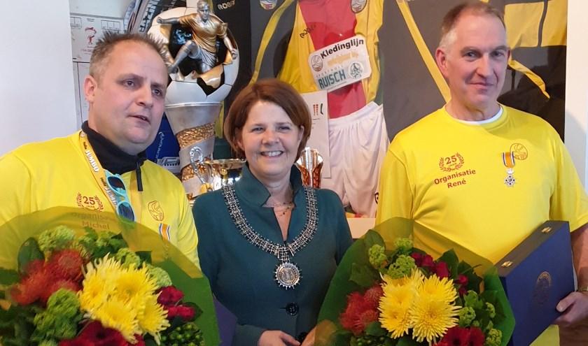De 'ridders van SEP: Michel (l.) en René met burgemeester Van Bijsterveldt tussen hen in