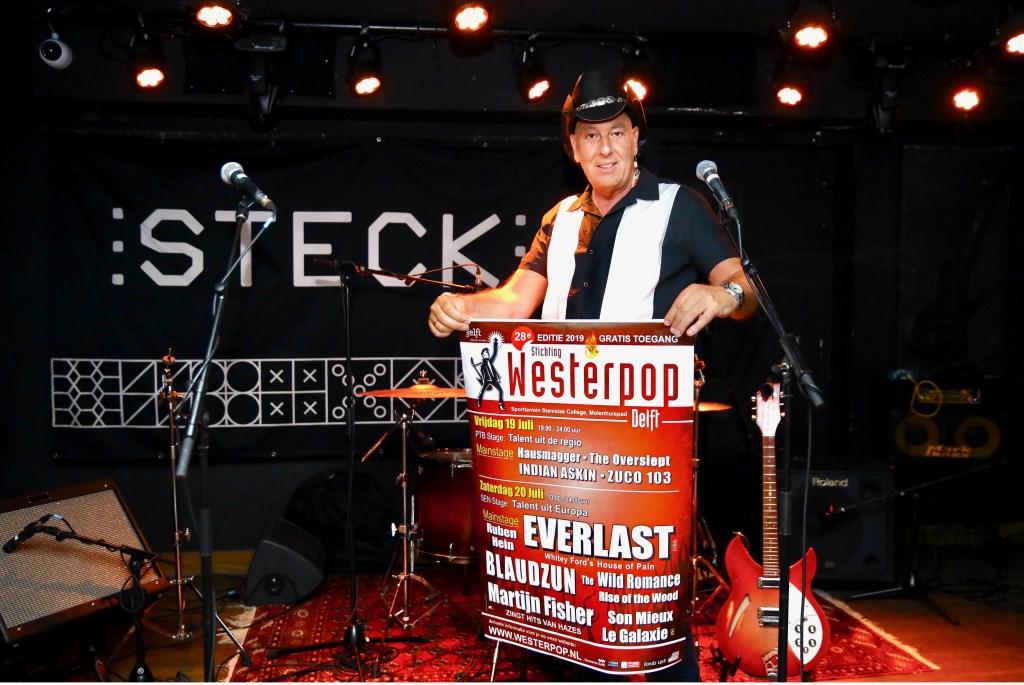 René Steijger met de poster van Westerpop 2019 Foto: KOOS BOMMELE © RODI Media-zh