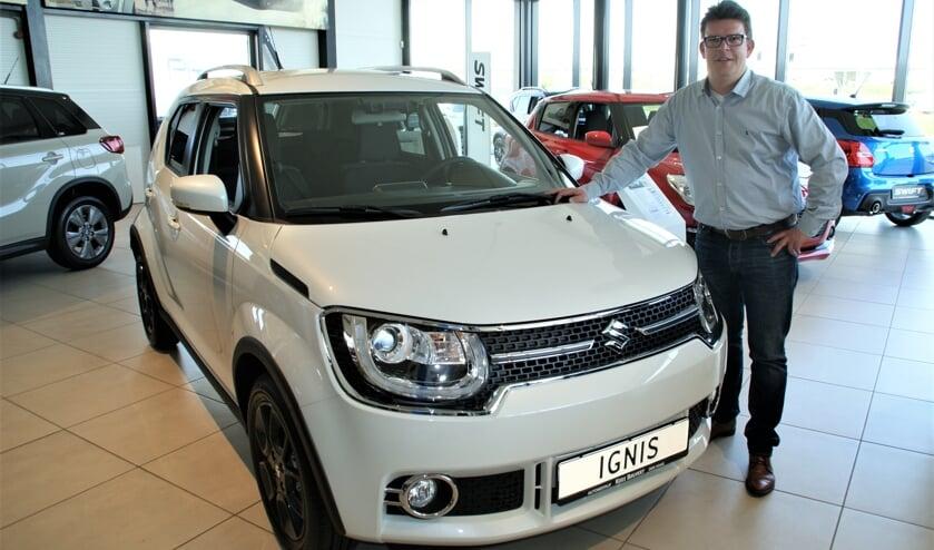 Vestigingsleider Wouter de Vos bij de Suzuki Ignis, te midden van alle andere nieuwe Suzuki-modellen.